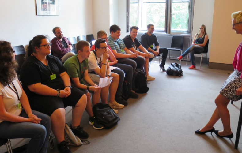 Schulklasseaus der Heimat im Reichstag